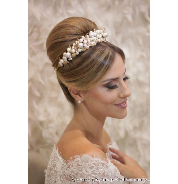 O coque superalto e volumoso é um clássico elegante para noivas, principalmente se você acrescentar uma tiara