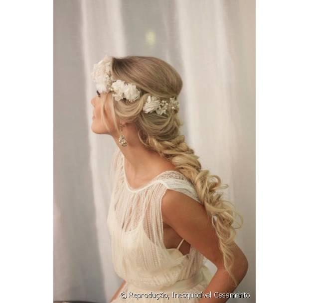 As coroas ou tiaras de flores foram adicionadas recentemente as opções de acessórios para noivas e ornam perfeitamente com ocasiões durante o dia e em locais abertos