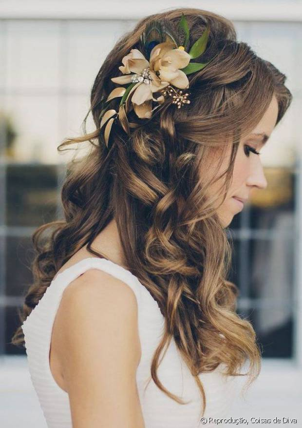 Flores naturais ou falsas possibilitam transformar penteados simples em visuais incríveis