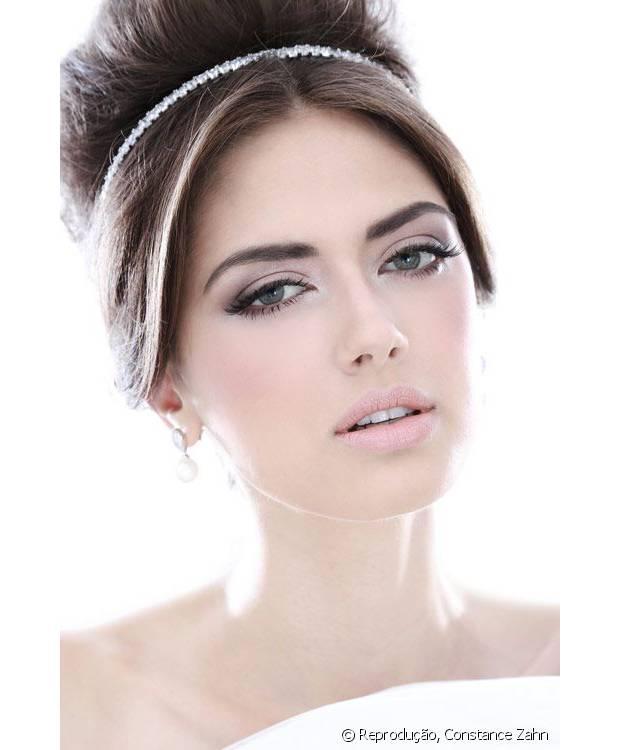 Um coque alto com tiara bem fina é muito elegante
