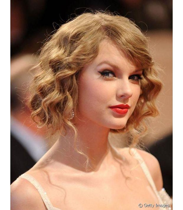 Taylor Swift fez um falso long bob ondulado e com referências dos anos 20