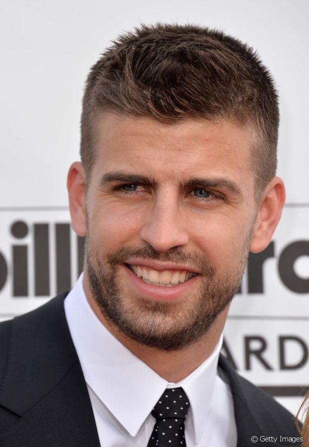 Para quem não conhece esse estilo é só pensar no corte de cabelo do Gerard Piquét, o jogador do Barcelona que também é o maridão da Shakira