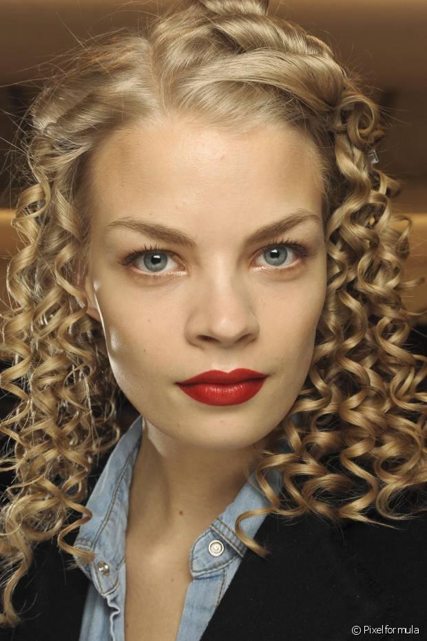 A principal função do silicone é selar a extremidade do cabelo e melhorar o aspecto espigadinho causado pelo ressecamento