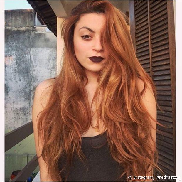 Por ser um pigmento mais difícil de ser absorvido pelo fio, o vermelho desbota com mais facilidade que as outras cores, portanto, sempre proteja os cabelos dos raios solares