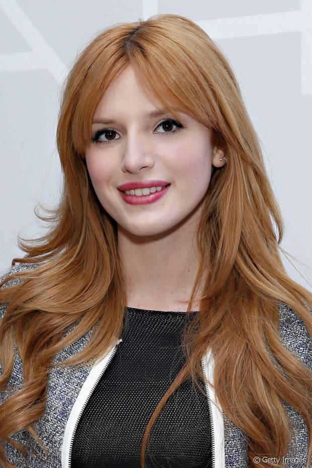 Bella Thorne tem camadas espaçadas nos longos cabelos ruivos