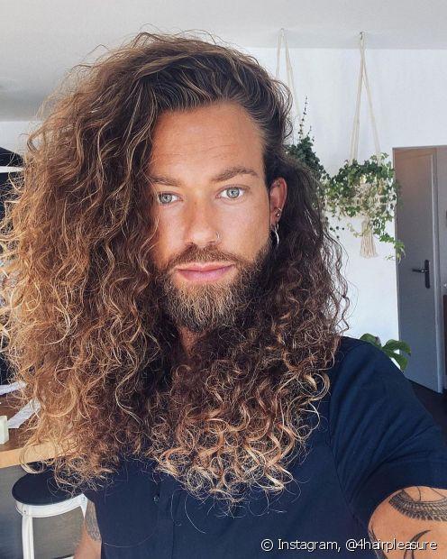 Homens também podem fazer cronograma capilar para tratar o cabelo cacheado masculino
