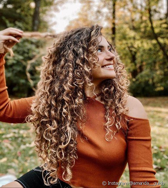 Para fazer o cabelo cacheado crescer rápido e saudável, invista em uma linha de produtos que fortaleça os fios (Foto: Instagram @amanda__guido)