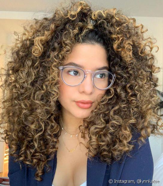 Os cortes de cabelo em camadas são ideais para dar movimento aos cabelos longos, principalmente para os cacheados