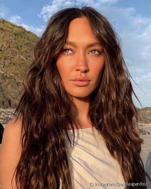 Os cabelos ondulados também precisam de cuidados! Apostar na hidratação é essencial para manter as ondas com aspecto saudável (Foto: Instagram @ashleapenfold)