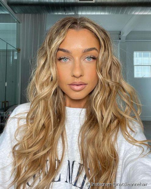 Ao manter uma rotina de cuidados regular, a hidratação dará mais vida, movimento e brilho aos seus cabelos ondulados (Foto: Instagram @natalieannehair)