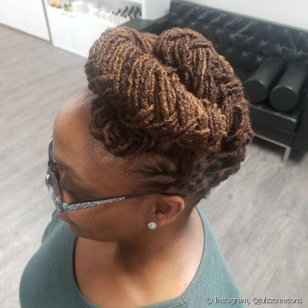 Os cabelos com dreads e box braids também podem aproveitar o estilo da trança espinha de peixe para incrementar o visual