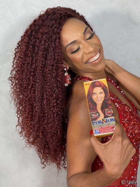 Edilene Alves, que pintou os cabelos de ruivo recentemente, agora aposta na linha Hidratação Milagrosa para hidratar o cabelo crespo colorido