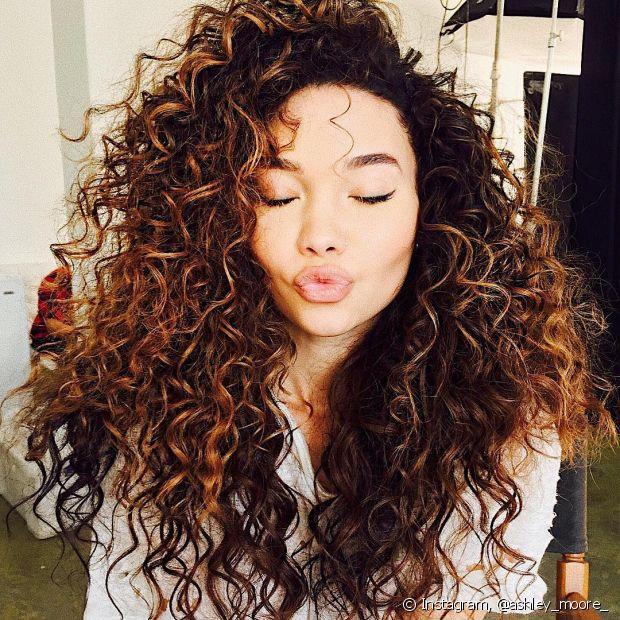 Assim como todos os tipos de cabelo, os cacheados perdem cerca de 100 fios por dia! E para tratar a queda capilar é preciso tomar alguns cuidados e saber identificar quando a perda de fios está fora de controle (Foto: Instagram @ashley_moore_)