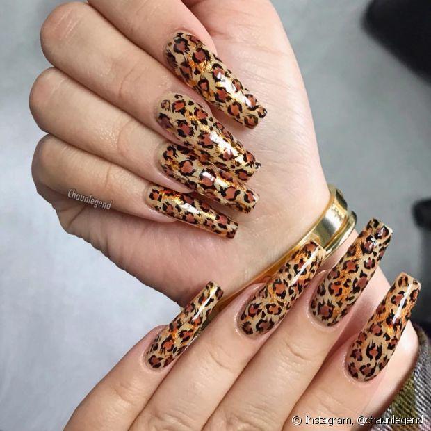 A decoração de unhas e alongamentos também seguem a moda do dia a dia, por isso não poderiam deixar de apostar na estampa de oncinha!