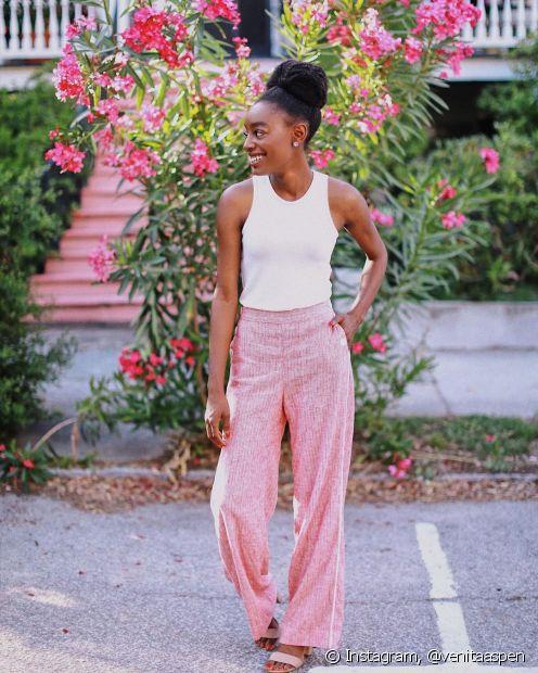 Seja de linho, malha ou cetim,a calça rosa com a camiseta branca traz mais elegância ao look (Foto Instagram, @venitaaspen)