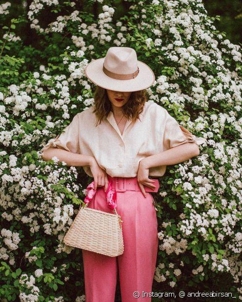 O mix entre os tons de rosa traz mais charme ao look de verão (Foto: Instagram, @ andreeabirsan_)