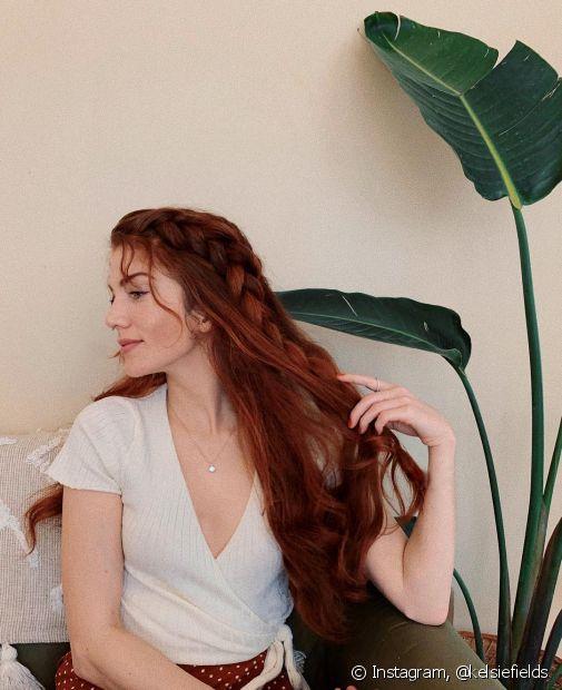 O penteado com trança pode ser utilizado na lateral dos cabelos e incrementar com alguns acessórios (Foto: Instagram, @kelsiefields)
