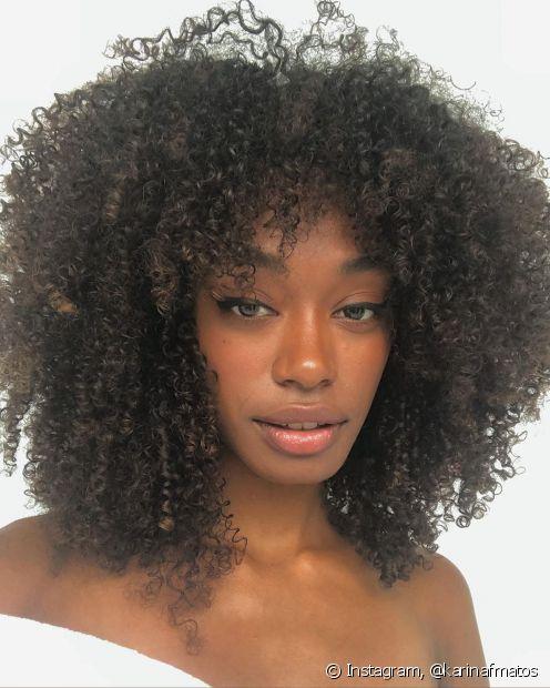 A linhaça é o produto que garante a definição dos cachos nos cabelos crespos e cacheados (Foto: Instagram, @karinafmatos)