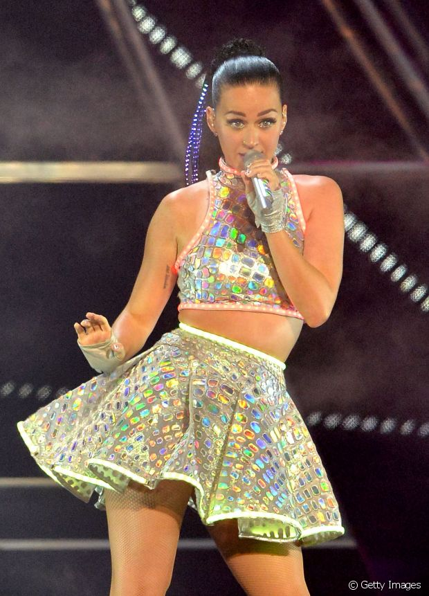 Que a Katy Perry é fã de muito brilho a gente não tem dúvidas. Misture peças de paetê com outras neutras