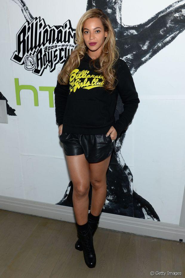 Um moletom despojado com short de couro, como escolheu a diva Beyonce, também é uma boa pedida para o festival