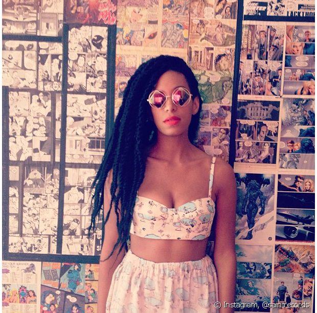 Solange Knowles adora saias midi com tops, quase sempre estampados