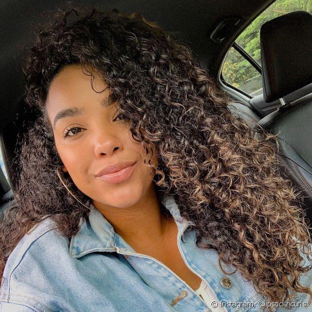 O cabelo castanho pode ser totalmente clareado ou ter só uma seção de iluminação