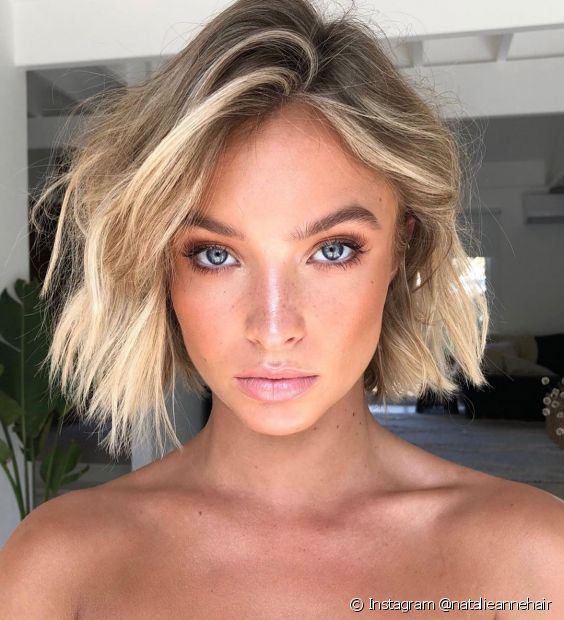 O cabelo com luzes platinadas precisa ser bem cuidado depois da descoloração (Foto: Instagram @natalieannehair)