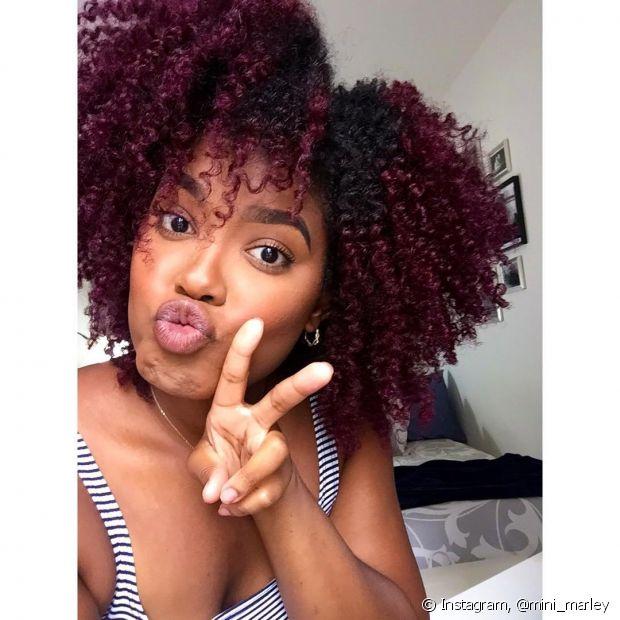 O cabelo marsala escuro é uma versão mais sóbria e elegante. (Foto: Instagram @mini_marley)