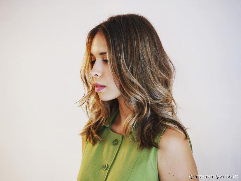 O corte de cabelo feminino degradê médio também deixa a aparência mais jovial. (Foto: Instagram @yukistylist)