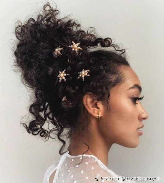 O coque alto do penteado de madrinha pode ganhar volume e mechas soltas (Foto: Instagram @beyondtheponytail)