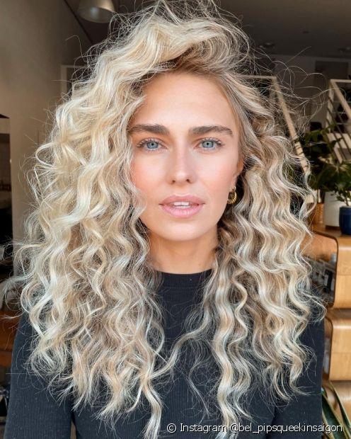 O cabelo loiro acinzentado claro com aplicação global fica uniforme e fácil de atingir em casa. (Foto: Instagram @bel_pipsqueekinsaigon)