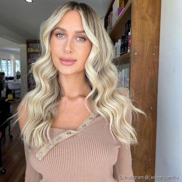 A raiz esfumada no cabelo loiro claro acinzentado é uma boa pedida para harmonizar com o subtom quente da pele (Foto: Instagram @_edwardsandco)