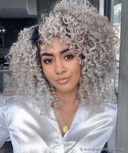 O seu cabelo cacheado platinado vai ficar ainda mais brilhoso no dia a dia quando você seguir essas dicas! (Foto: Instagram @goldennn_xo)