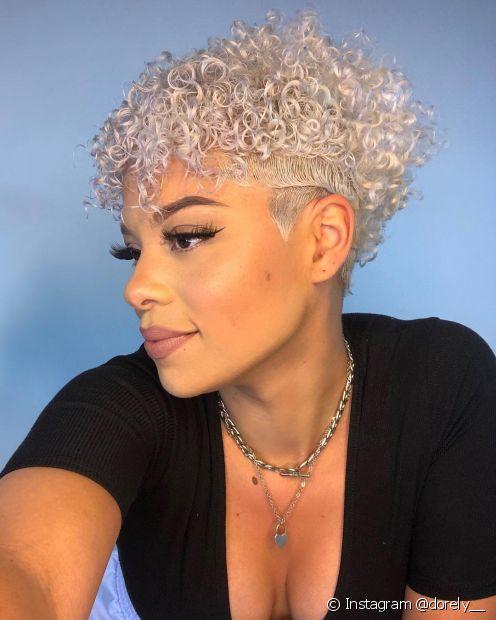 A cor do cabelo platinado pode ser revitalizada com um bom shampoo matizador (Foto: Instagram @dorely__)