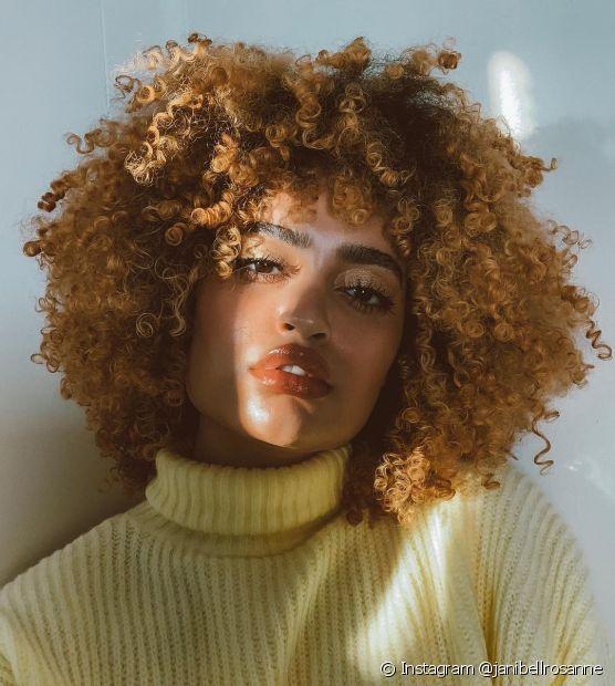 O cabelo crespo escuro pode ser iluminado em tons dourados e intensos (Foto: Instagram @janibellrosanne)