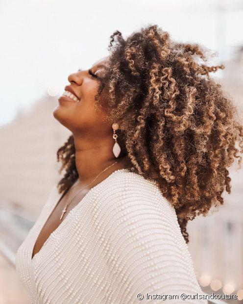 O cabelo crespo escuro pode ser iluminado em diversas nuances (Foto: Instagram @curlsandcouture)