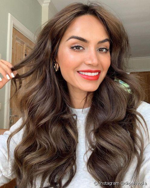 Químicas alisantes, descoloração e até mesmo o uso de chapinha e secador podem resultar na quebra do cabelo (Foto: Instagram @diipakhosla)