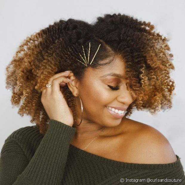 O uso de presilhas em uma das laterais do cabelo compõe um penteado lateral solto simples e elegante (Foto: Instagram @curlsandcouture)