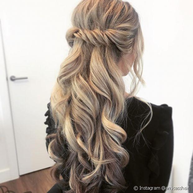 As mechas torcidas compõem um penteado simples que pode ser feito para ir ao trabalho ou para festas! (Foto: Instagram @amicasshair)