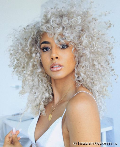 O cabelo cacheado platinado precisa de cuidados para manter os cachos definidos