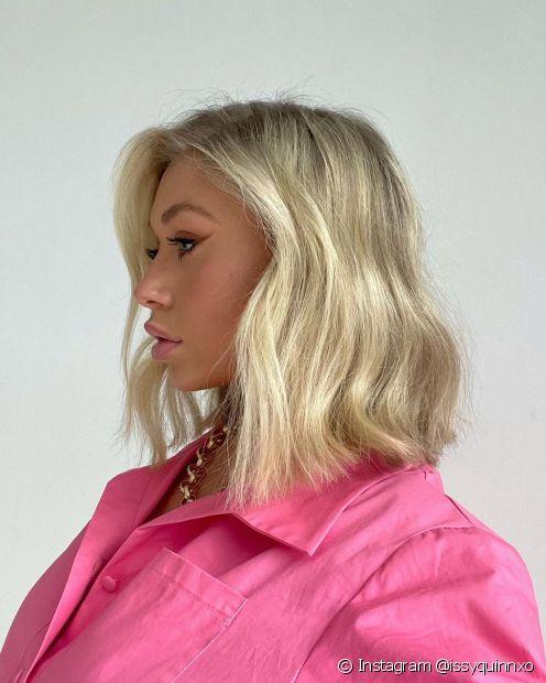 Quanto mais claro o tom de loiro escolhido para o seu cabelo long bob, mais cuidados são necessários no pós-coloração (Instagram @issyquinnxo)
