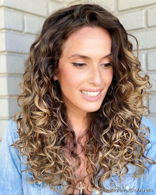 Quem tem cabelo cacheado também pode apostar nas mechas californianas (Foto: Instagram nubiarezo)
