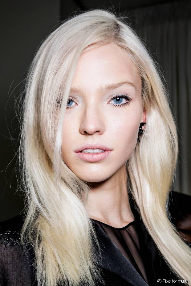 O primeiro sinal de que o cabelo está fragilizado é a perda da elasticidade, ocasionando o famoso efeito 'chiclete'