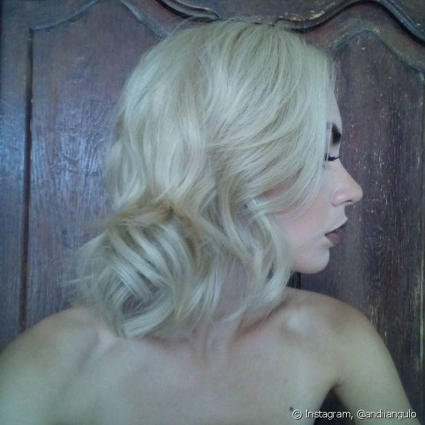 Se você é apaixonada pelo seu cabelo platinado, não pode deixar amarelar de jeito nenhum! Por isso, o shampoo desamarelador deve entrar como item queridinho na sua rotina