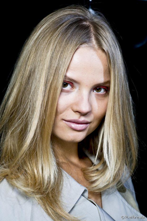 Se você é fã das colorações loiras, provavelmente sabe que um detalhe bem chatinho sobre pintar os cabelos é que, com o passar do tempo, eles começam a ganhar nuances amareladas, como se a cor estivesse desgastada