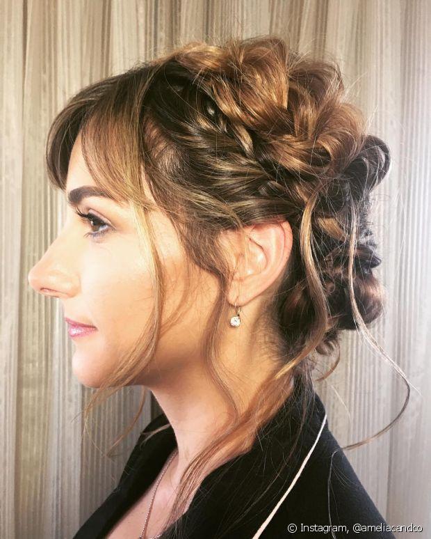 A franja curtinha combina com penteados totalmente presos como esse com torcidinhos - @ameliacandco