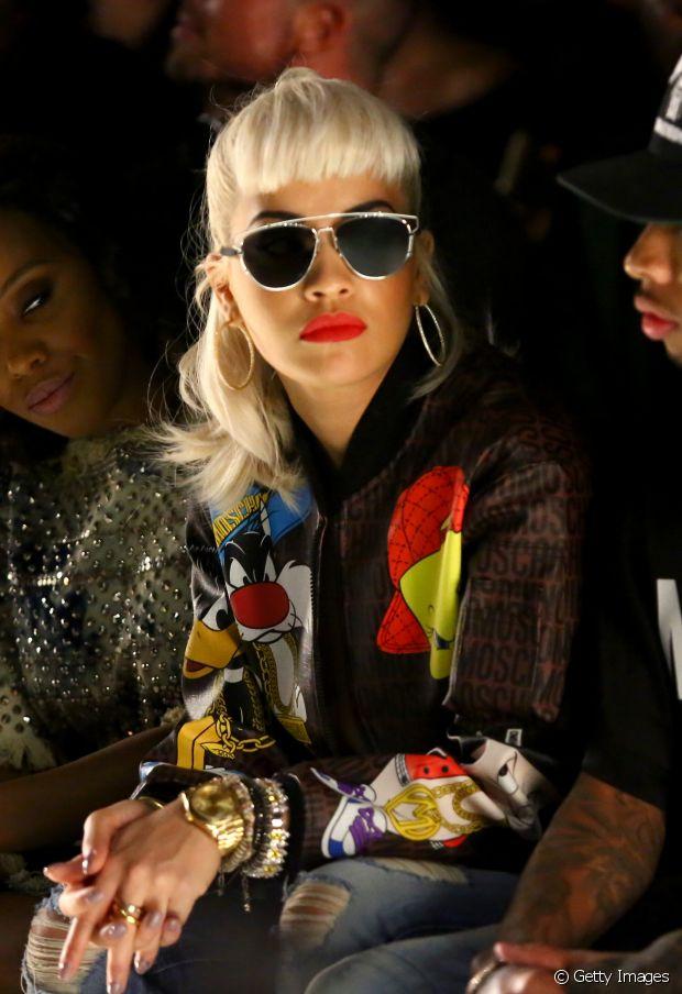 A cantora Rita Ora destacou a franja curtinha e pitocada com um rabo de cavalo alto