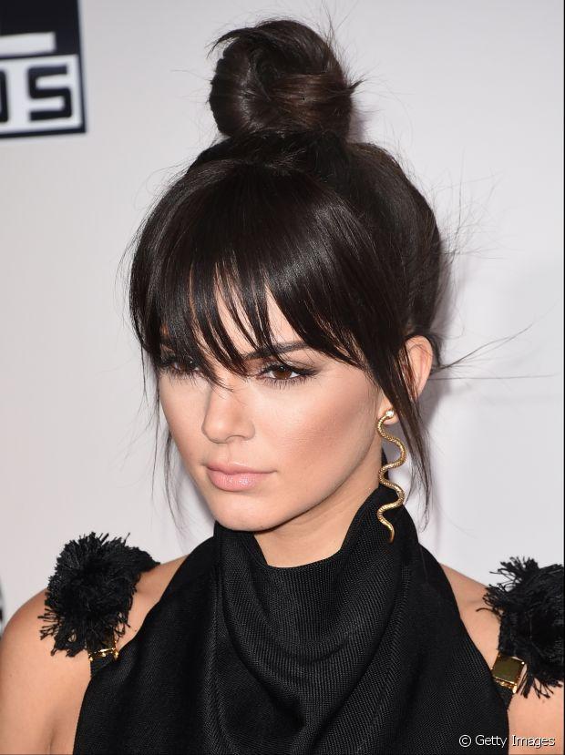 Kendall Jenner arrasou com a franja despojada e o coque alto