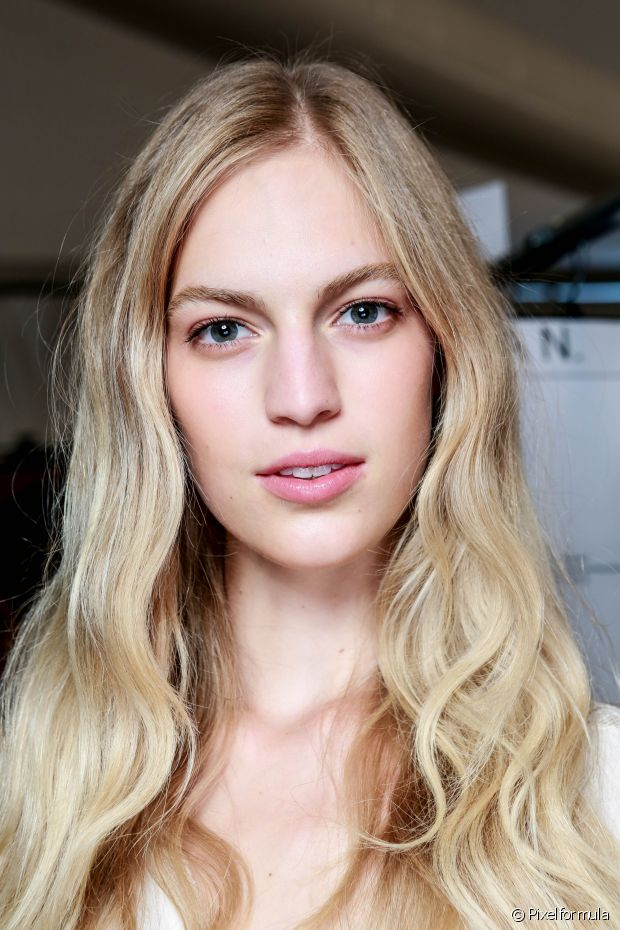 Nos cabelos loiros, isso significa que o produto vai revelar um loiro com reflexos acizentados como toda platinada ama!