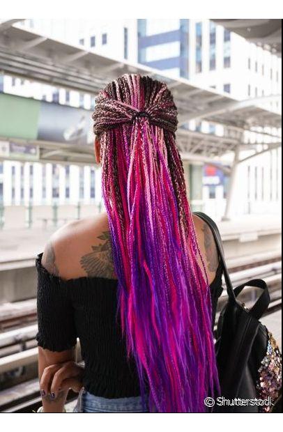 Além de deixar o cabelo bonito, o semi preso valoriza as box braids coloridas